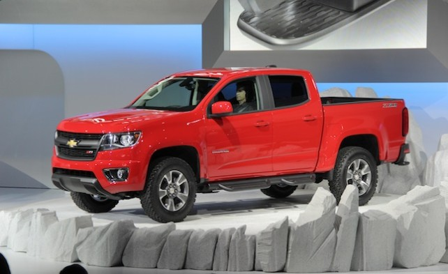 2015 Chevrolet Colorado VS 2015 Toyota Tacoma side