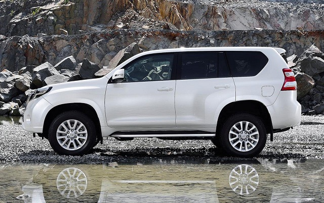 2016 Toyota Land Cruiser Hybrid side