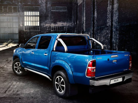 2015 Ford Ranger vs. 2015 Toyota Hilux  rear hilux