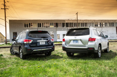 2015-Toyota-Highlander-vs-Nissan-Pathfinder-rear