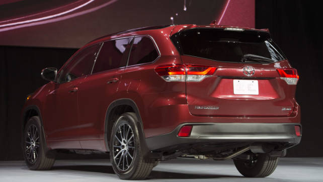 2017-toyota-highlander-rear