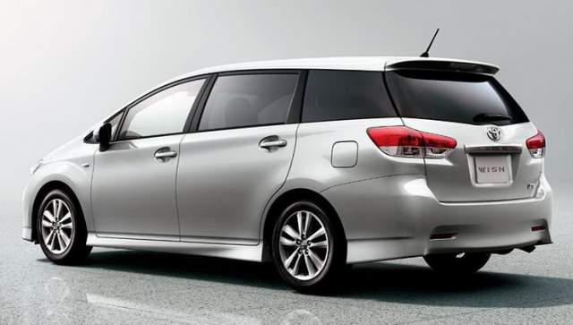 2017-toyota-wish-rear
